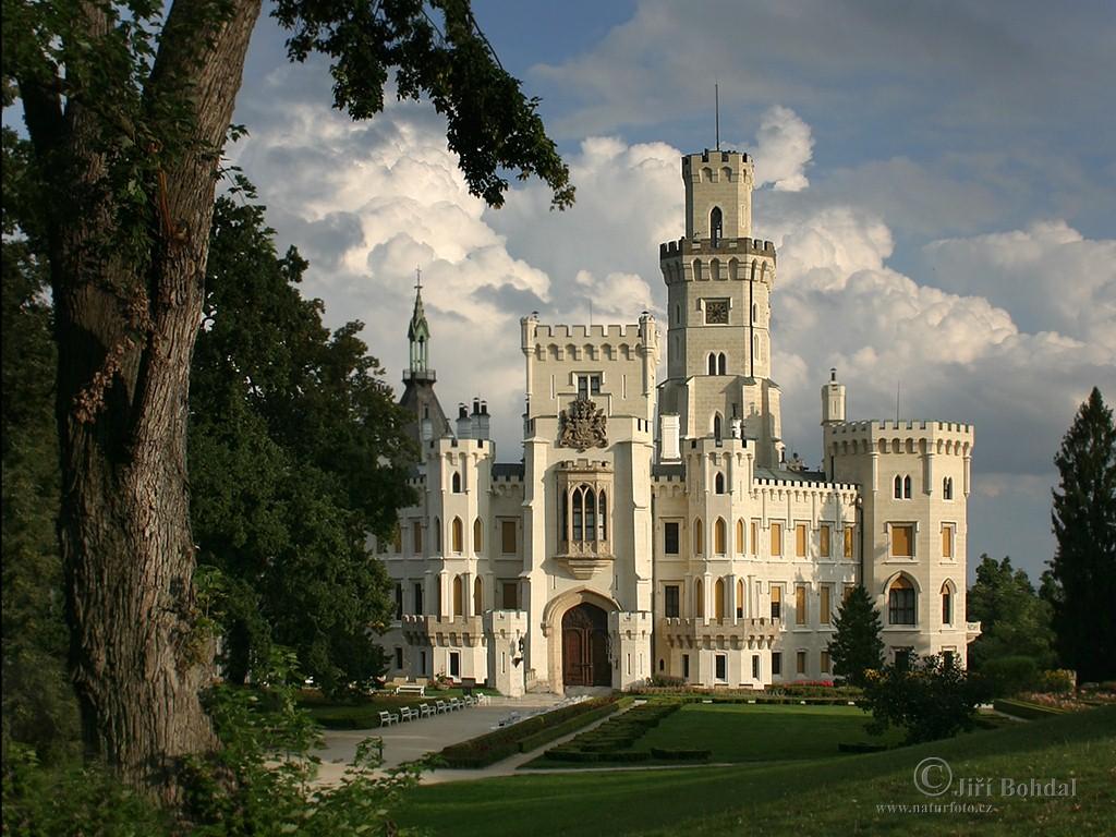 molto bello vero? non mi domandate dove si trova... mi è arrivato, nel commento che trovate sotto, il nome del castello...  dans immagini per contemplare hluboka-nad-vltavou-1024_768